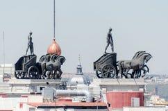 Statyer på taket av Banco Bilbao Vizcaya Madrid Spanien Arkivbilder