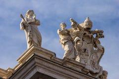 Statyer på taket av domkyrkan av St Paul royaltyfria foton