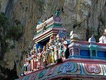Statyer på taket av Sri Subramaniar den indiska hinduiska templet Arkivfoto