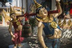 Statyer på territoriet av en buddistisk tempel, Georgetown, Penang, Malaysia royaltyfri foto