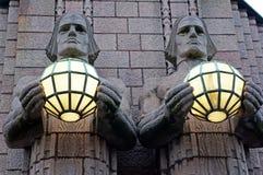 Statyer på väggarna av den centrala drevstationen Helsingfors Finland Arkivbild