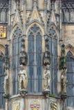 Statyer på väggen av det gammala stadshuset på Staromestska kvadrerar i Prague Arkivfoto
