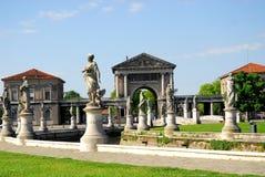 Statyer runt om ön och det Memmia Boario hålet i den Prato dellaen Valle i Padua i Venetoen (Italien) royaltyfri foto