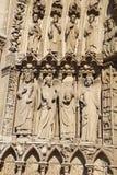 Statyer till det vänstert av portalen av oskulden, Notre Dame cath Royaltyfria Foton