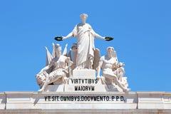 Statyer upptill av Rua Augusta Arch i Lissabon Portugal Royaltyfria Bilder