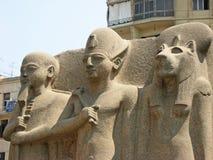 Statyer utanför det egyptiska museet Royaltyfri Bild