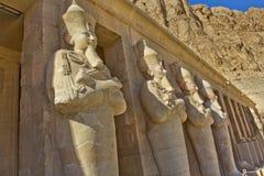 Statyerna av bårhustemplet av Hatshepsut Royaltyfri Foto