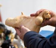 Statyett av en hund i händerna av köparen Arkivfoton