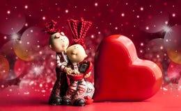 Statyett av ett älska par med hjärtor fotografering för bildbyråer