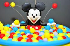 Statyett för Mickey Mouse fondantkaka Arkivfoto