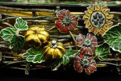 Statyett - ordning av blommor - guld Fotografering för Bildbyråer