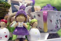 Statyetten av flickan i en lila klänning i en souvenir shoppar lite royaltyfri bild