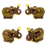 Statyetter av bruna elefanter med gul safir som isoleras på en vit bakgrund Royaltyfri Foto