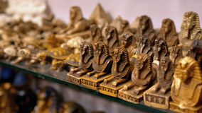 Statyetter av egyptiska katter av stenen och andra produkter på lagerhyllor i Egypten stock video