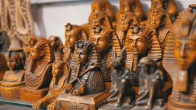 Statyetter av egyptiska katter av stenen och andra produkter på lagerhyllor i Egypten lager videofilmer