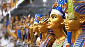 Statyetter av egyptiska katter av stenen och andra produkter p? lagerhyllor i Egypten arkivfilmer