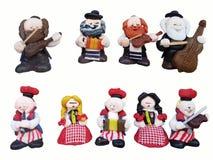 Statyetter av musiker i en nationell judisk och polsk kläder Mångfärgade statyetter av leksaker som göras av plasticine Helhetqui arkivfoton