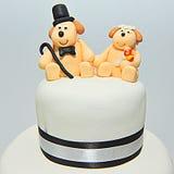 Statyetter för kaka för brölloptemafondant - vovvar brud och brudgum fotografering för bildbyråer