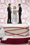 Statyetter på bröllopstårtan royaltyfri fotografi