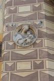 Statyettsymbol på den gamla husväggen #2 Royaltyfria Foton