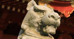 Statyf?rmyndarehund p? den Kanda relikskrin, i Tokyo att panorera stock video