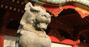 Statyf?rmyndarehund p? den Kanda relikskrin, i Tokyo att panorera lager videofilmer