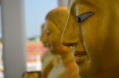 Statyframsida guld- buddha Arkivbilder