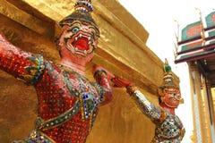 Statyjätte på Wat Phra Kaew i Bangkok Royaltyfria Bilder