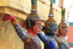 Statyjätte på Wat Phra Kaew i Bangkok Arkivbilder