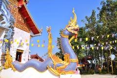 Statykonung av naga framme av buddhismtempelet. Arkivfoton