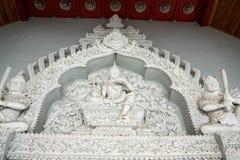 Statyn är på den traditionella templet Royaltyfri Foto