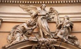 Statyn av ängeln omkring som frigör två slavar, sammanfogade på handlederna vid en verklig järnkedja arkivfoton