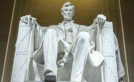 Statyn av Abraham Lincoln sammanträde i en stol på Lincoln Memorial i Washington Royaltyfri Fotografi