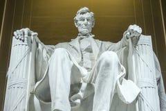 Statyn av Abraham Lincoln sammanträde i en stol på Lincoln Memorial i Washington Arkivfoto