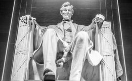Statyn av Abraham Lincoln sammanträde i en stol på Lincoln Memorial i Washington Royaltyfri Bild