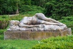 Statyn av att sova nymfen i Herastrau parkerar Bucharest, Rumänien Arkivfoto