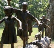 Statyn av barn loggar på royaltyfria foton