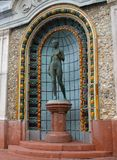 Statyn av bronskvinnan i en keramisk nisch av Gellerten badar i Budapest Arkivfoton