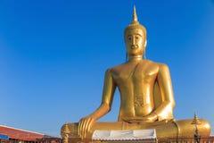 Statyn av Buddha i Bangkok Thailand med blå himmel Royaltyfri Foto