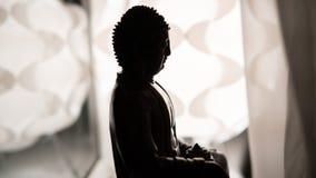 Statyn av Buddha Shakyamuni Buddism och insikt nirvana grund fokus royaltyfri foto