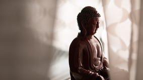 Statyn av Buddha Shakyamuni Buddism och insikt nirvana grund fokus royaltyfri bild