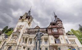 Statyn av Carol First Of Romania, Peles slott, Sinaia, Rumänien royaltyfri bild