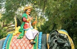 Statyn av cholaen för konung Karikala på elefanten som placeras i den storslagna Kallanaien royaltyfri fotografi