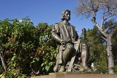 Statyn av Christopher Columbus i Santa Caterina parkerar in att förbise hamnen i Funchal Portugal Arkivfoto