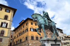 Statyn av Cosimo Jag de Medici på piazzadellaen Signoria i Florence, Italien arkivbilder