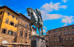 Statyn av Cosimo Jag de Medici på piazzadellaen Signoria i Florence, Italien fotografering för bildbyråer