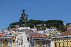 Statyn av D Jose på kommersfyrkanten Praca gör Comercio med helgonet George Castle på bakgrunden, i staden av Li arkivfoto