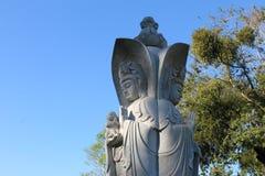 Statyn av den buddistiska guden som rymmer ett nyfött, behandla som ett barn, Chen Tien Temple, Brasilien royaltyfria foton