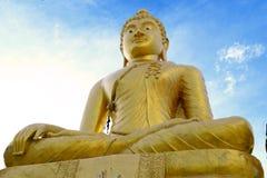 Statyn av den guld- Buddha Royaltyfri Foto