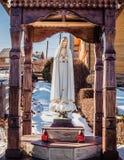 Statyn av den jungfruliga Maryen i en liten by i de Carpathian bergen royaltyfri foto